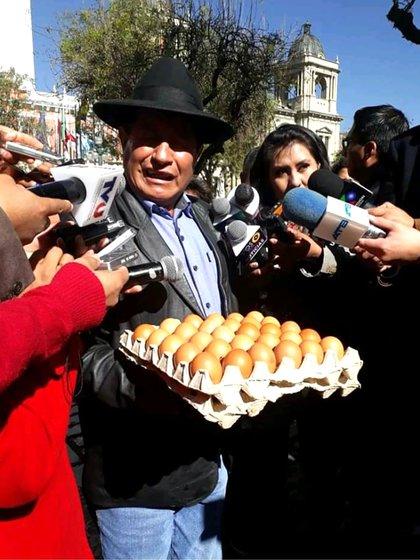 """El opositor Rafael Quispe llevó un obsequio hasta lo oficina del vicepresidente: """"Loss huevos que le faltan para animarse a debatir"""" (@HeraclioChoque4)"""