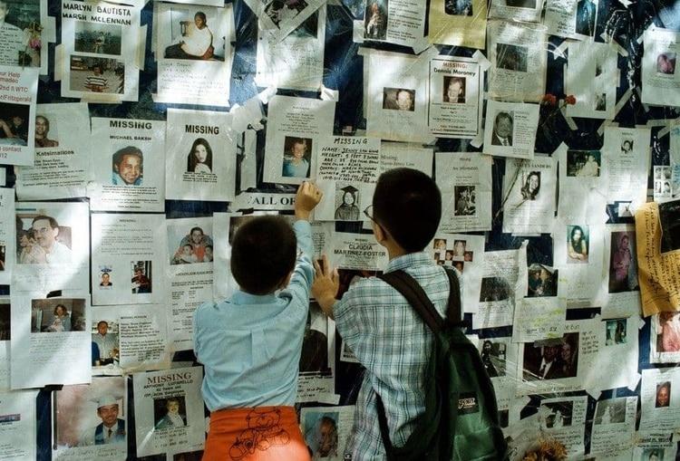 Dos niños colocan una foto de un ser querido en el Hospital Bellevue de Nueva York, donde las familias acudieron para identificar a las víctimas (Yoni Brook / The Washington Post)