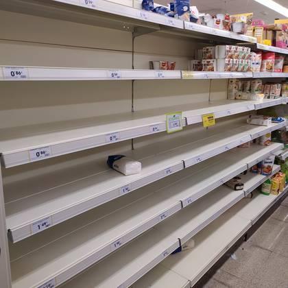 Las góndolas del Supermercado Ahorramás, en San Sebastián de los Reyes, al norte de Madrid están casi vacías. Las restricciones impuestass por el Gobierno por la epidemia del coronavirus hace tomar recaudos a la población (Andrés Actis)