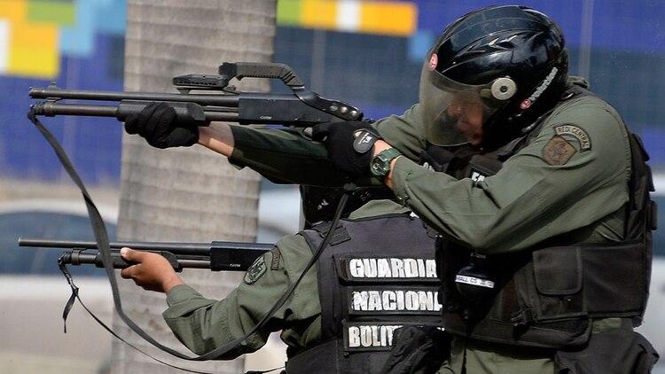 Miembros de la Guardia Nacional Bolivariana en plena represión en una marcha opositora