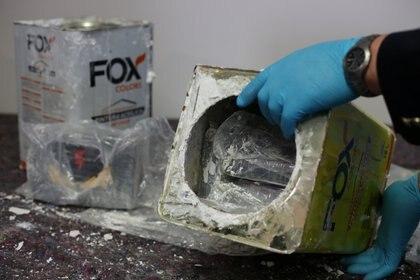 La Fiscalía añadió que en los allanamientos se encontraron envases de pintura acrílica similares a los de la carga incautada en Alemania (REUTERS/Cathrin Mueller)