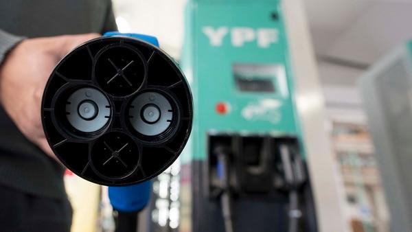Habrá incentivos para quienes promuevan una movilidad limpia. YPF instalará 220 cargadores rápidos