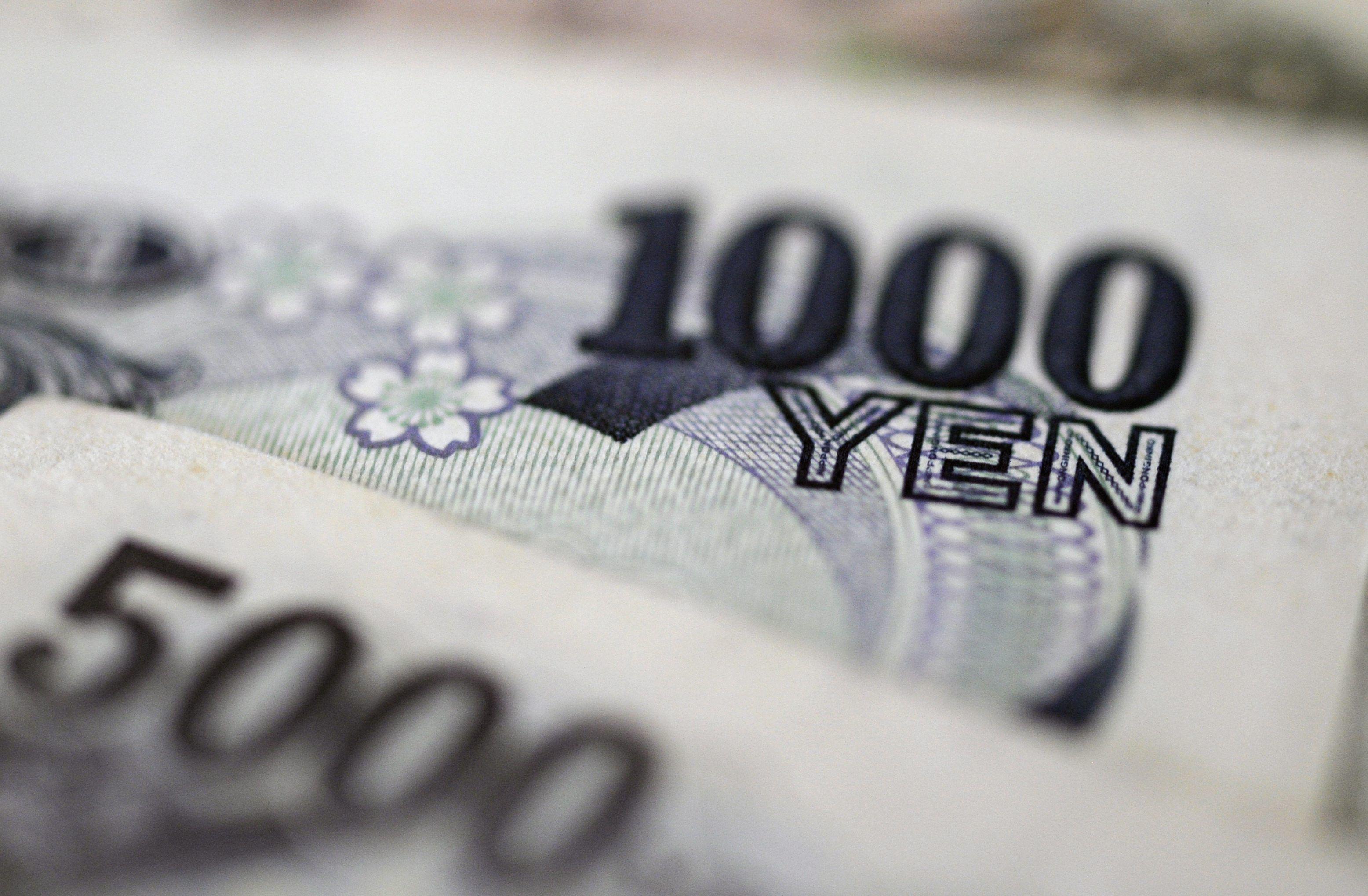 Varios yenes fotografiados en Tokio (Japón). EFE/Franck Robichon/Archivo