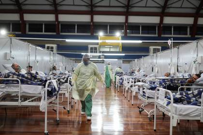 Pacientes con coronavirus son tratados en un hospital improvisado en un gimnasio de Santo Andre, en San Pablo, Brasil REUTERS/Amanda Perobelli