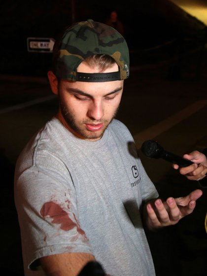 Matt Wennerstorm declara a la prensa y muestra una mancha de sangre de otra persona que resultó herida en el tiroteo