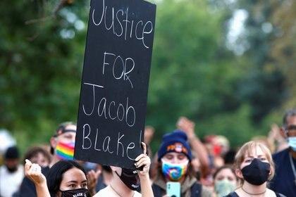 """""""Justicia por Jacob Blake"""", el mensaje más repetido en una protesta contra la brutalidad policial en Denver, Colorado, el 24 de agosto de 2020 (REUTERS/Kevin Mohatt)"""