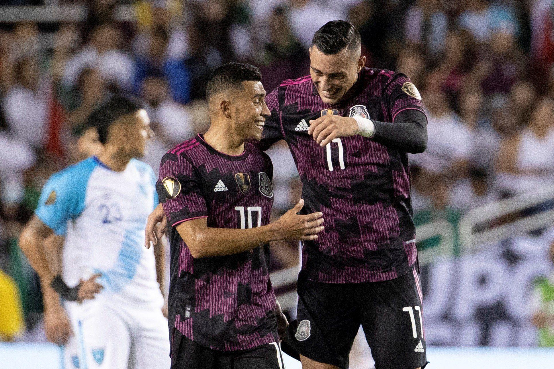 Rogelio Funes Mori (d) de México celebra con Orbelín Pineda luego de anotar un gol hoy, en un partido de la Copa Oro entre Guatemala y México en el estadio Cotton Bowl en Dallas (EE.UU.). EFE/Carlos Ramírez