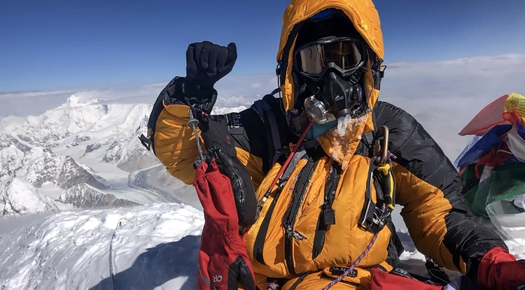 El montañista Saray Khumalo en la cima del Everest (Summits with a Purpose / AFP)