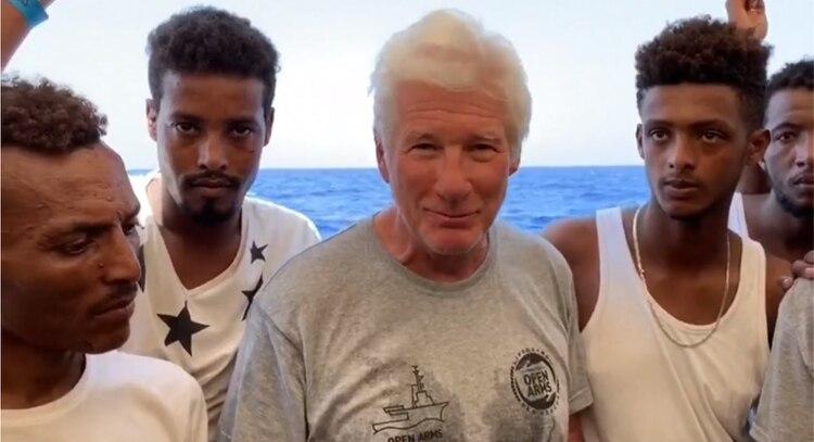 El actor llevó comida, agua y frutas a los migrantes y habló con ellos, quienes le explicaron la difícil situación que atraviesan y el por qué fueron orillados a irse de sus países de origen Foto: EFE