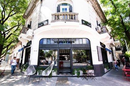 Restaurantes habilitados reabrieron sus puertas en CABA con mesas al aire libre.