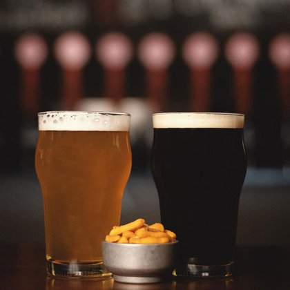 Una Honey y una Porter, dos de los estilos que más piden en la cervecería de Caballito