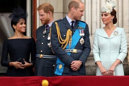 Los duques de Sussex y Cambridge en el balcón de Buckingham Palace (REUTERS)