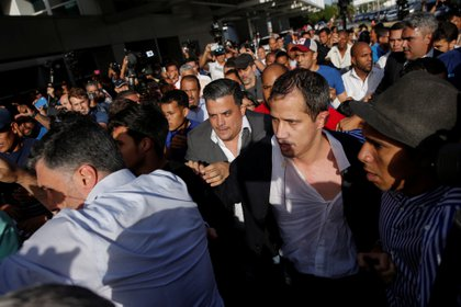 Guaidó tuvo que abrirse paso en medio de empujones y agresiones (REUTERS/Manaure Quintero)