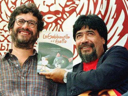 FOTO DE ARCHIVO. El chileno Luis Sepúlveda (derecha) sonríe con el director italiano Enzo d'Alo durante el 55° Festival de Cine de Venecia. 4 de septiembre de 1998. REUTERS/Claudio Papi.