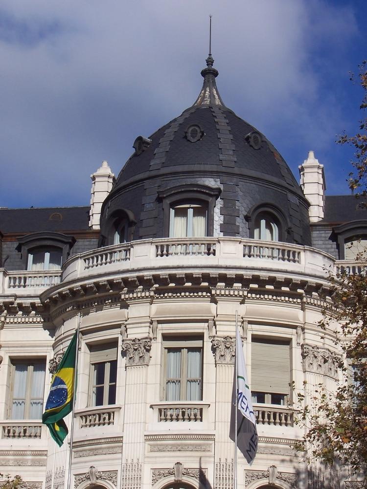 La Bandera de la República Federativa de Brasil junto a una de las cúpulas más vistosas del Palacio Pereda