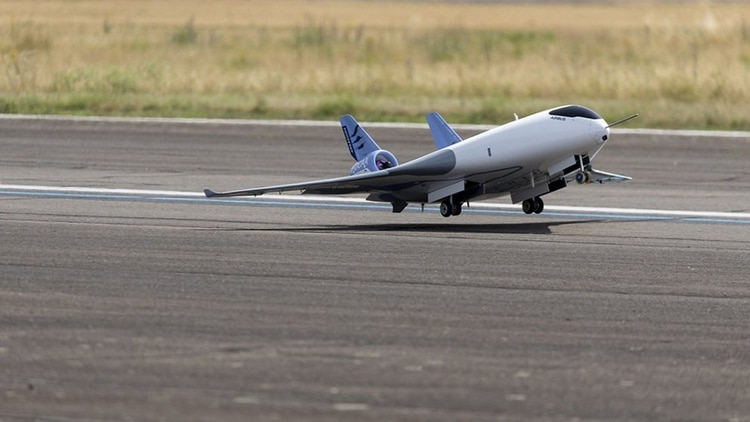 El Maveric despegando. Su primer vuelo tuvo lugar en junio de 2019 y la aeronave seguirá en etapa de pruebas hasta la mitad de 2020 (Airbus)