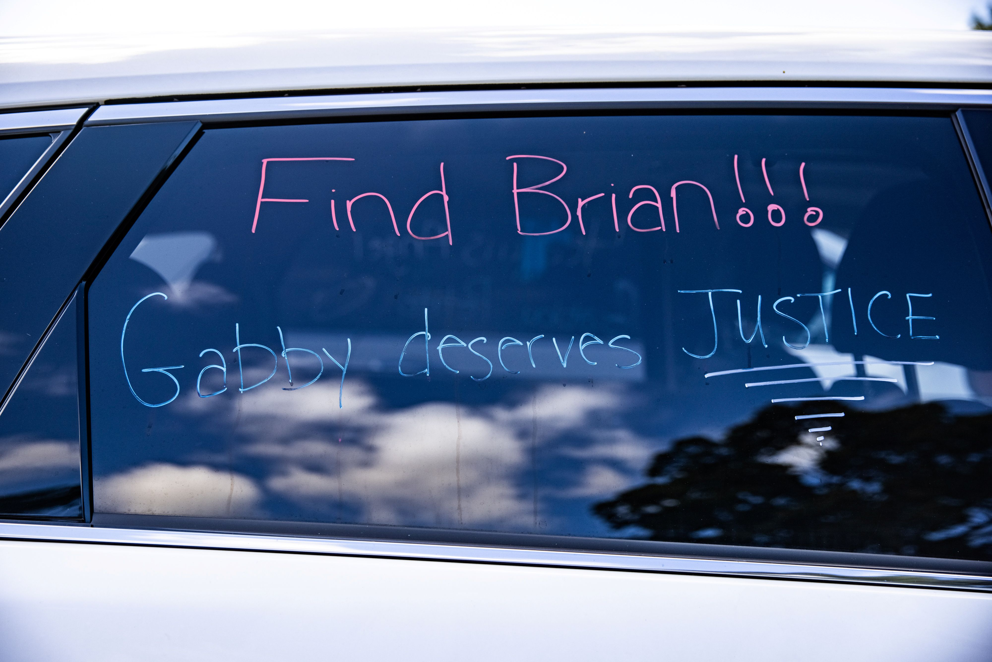 "Un cartel en un automóvil que dice: ""Encuentren a Brian, Gabby merece justicia"" (Foto: REUTERS/Jeenah Moon)"