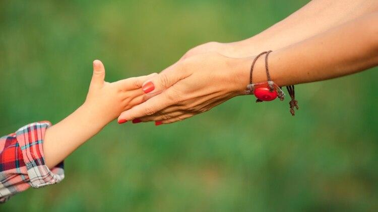 Cuando el niño tenía 12 años, Laura pudo contarle por qué tomaba tantos remedios desde muy pequeño (Shutterstock)