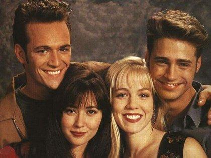 """Dylan, Brenda, Kelly y Brandon, los cuatro protagonistas principales de """"Beverly Hills 90210"""""""