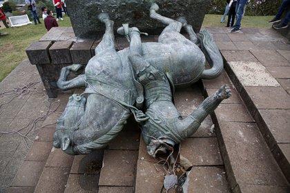 Indígenas colombianos derribaron el miércoles una estatua de Sebastián de Belalcazar. AFP