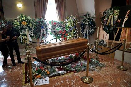 Coronas de flores , ramos, y grandes fotografías y posters del cantante rodean el ataúd. Según confirmó su representante, los restos del difunto serán incinerados cuando termine el duelo (Foto: Reuters/Susana Vera)