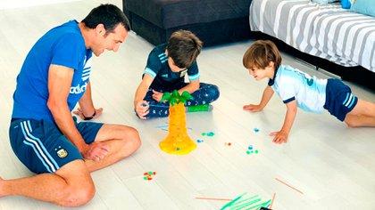 La foto que había subido Scaloni con sus hijos, Ian y Noah, durante la cuarentena en España