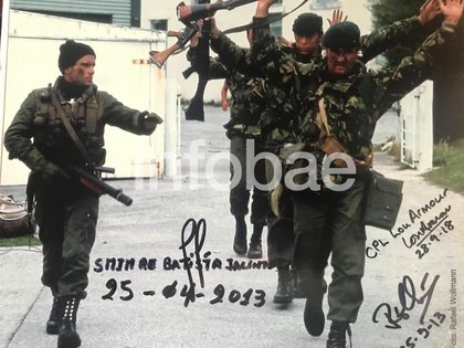 """La foto de la rendición de Malvinas firmada por sus protagonistas en la colección privada del """"Tuerto Richard""""."""