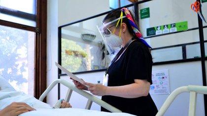 Foto: Doctora atiende a paciente en el Hospital San Vicente Fundación. Medellín, Colombia.