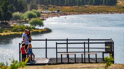 En verano, es común que las familias se convoquen en el balneario, para disfrutar de las playas, protegidos por guardavidas y abastecidos por paradores (Turismo y Gestión)