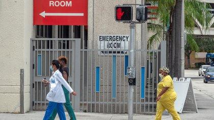 Miami-Dade y Broward, los condados del sureste de Florida que son los más afectados por la pandemia, registraron respectivamente 448 y 216 casos nuevos y 22 y 14 muertes más. EFE/EPA/CRISTOBAL HERRERA-ULASHKEVICH/Archivo
