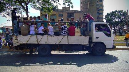 Las cajas de diferentes tipos de camiones y pick ups se han vuelto un transporte informal habitual en las calles de las principales ciudades venezolanas