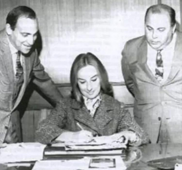 Mirtha firmando su contrato para hacer