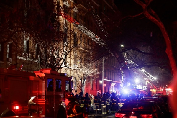 Bomberos en el lugar del incendio, en el barrio neoyorquino de Bronx (AP)