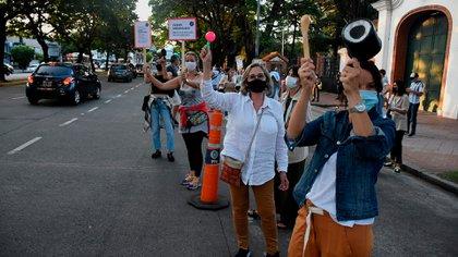 Con cacerolas y pancartas, los manifestantes se pronunciaron en contra de las nuevas medidas restrictivas