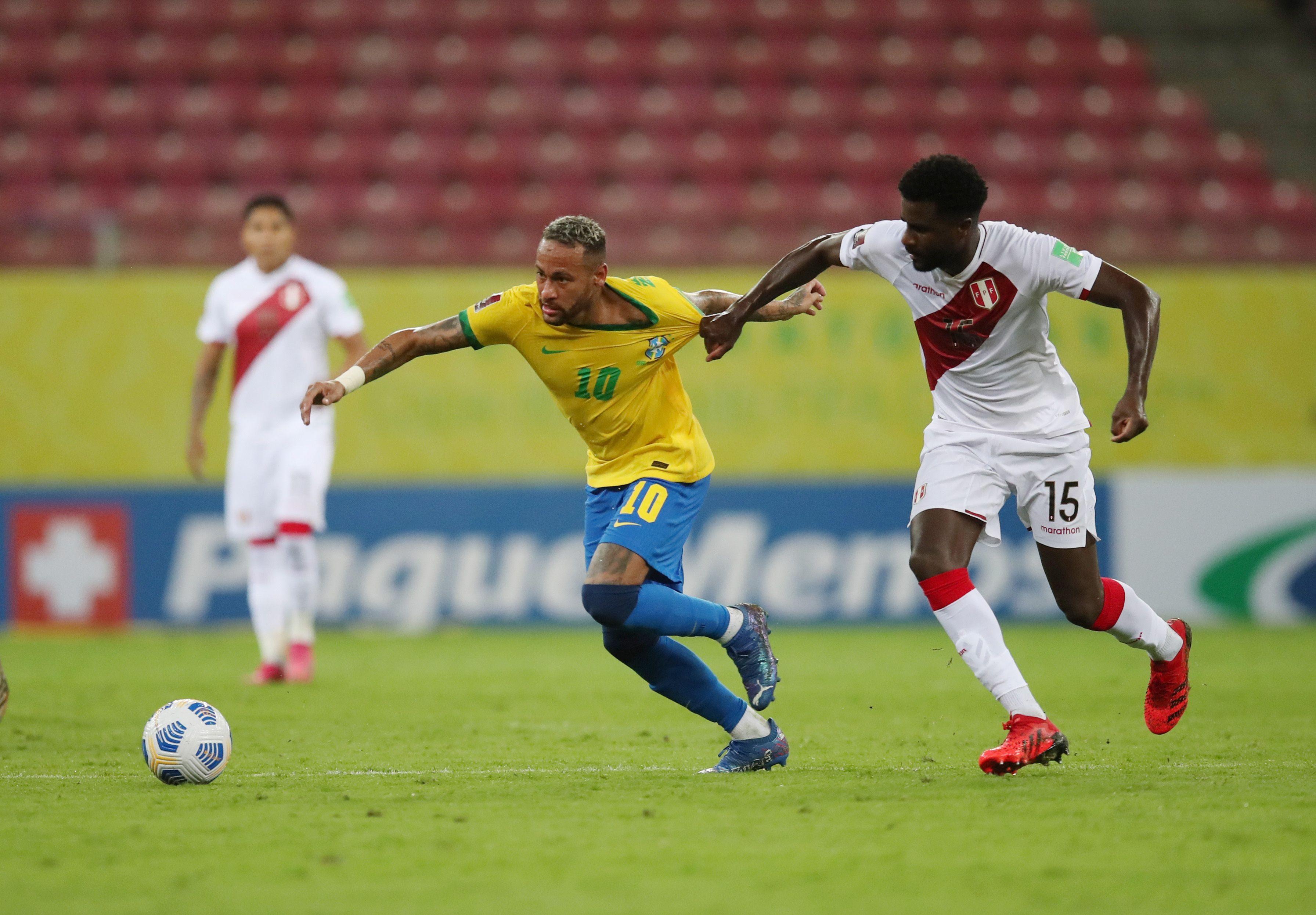 Neymar encara y Christian Ramos lo toma de la camiseta (REUTERS/Ricardo Moraes)