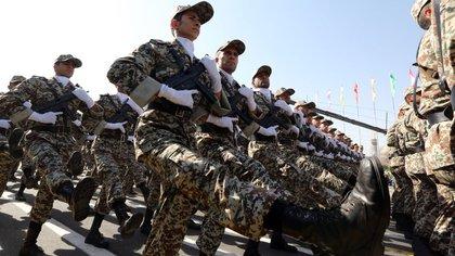 Miembros de las fuerzas armadas iraníes durante un desfile