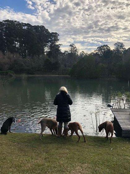 Susana y sus perros en la laguna