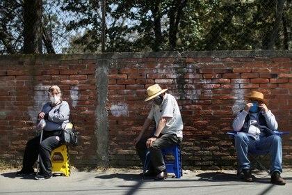 Adultos mayores en fila para recibir una vacuna contra el COVID-19 en la localidad Milpa Alta, en Ciudad de México, México. 15 de febrero de 2021. REUTERS/Edgard Garrido