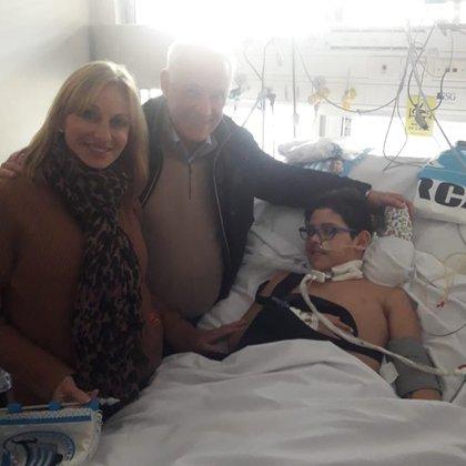 El presidente de Racing, Víctor Blanco, y su esposa, Sandra Days, visitaron a Enzo y le llevaron varios regalos de la Academia