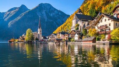 La porción de los Alpes del país atrae a viajeros de todo el mundo, ya sea a las pistas de esquí del Tirol, las rutas de senderismo de Innsbruck o las cuevas de hielo de Eisriesenwelt Werfen