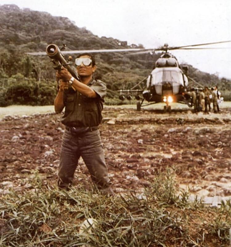 Un militar peruano opera un misil SA-7 durante la Guerra del Cénepa, en 1995