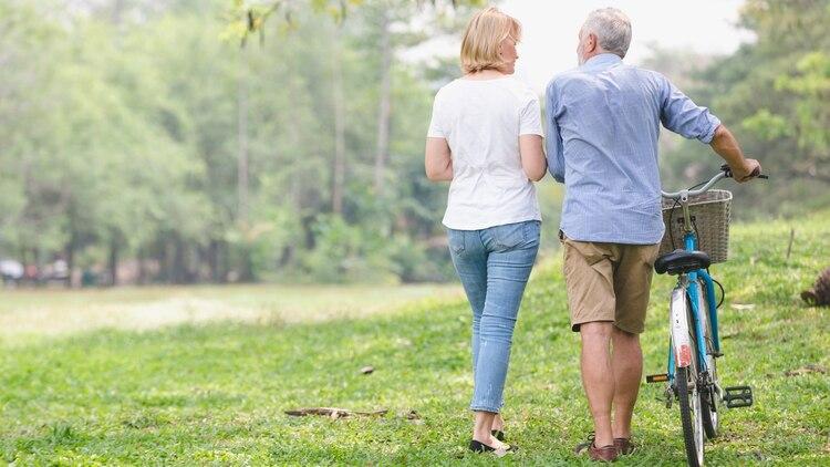 En la actualidad, por primera vez en la historia, la mayoría de las personas pueden esperar vivir hasta los 70 años e incluso más (Shutterstock)