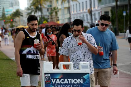 Centros de vacunación en Miami Beach (REUTERS/Yana Paskova)