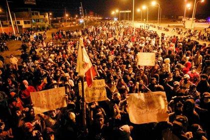 Trabajadores agrícolas bloqueando la carretera Panamericana Sur durante una protesta por la ley agraria (REUTERS/Sebastián Castaneda)