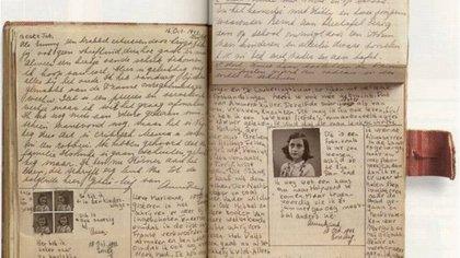 """Entre el material recibido, la estudiante repasó """"El diario de Ana Frank"""""""