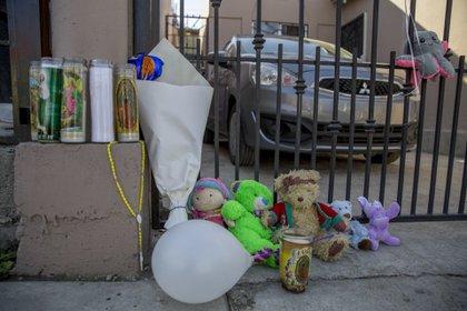 TIJUANA, BAJA CALIFORNIA, 04ENERO2021.- Vecinos de la privada Dante del fraccionamiento Villa Fontana, en la zona este de al ciudad fronteriza, se unieron para llevar flores, velas y globos al domicilio donde el pasado sábado fueron asesinados dos menores por su madre, un niño de 9 años y su hermana de 4 años FOTO: OMAR MARTÍNEZ /CUARTOSCURO