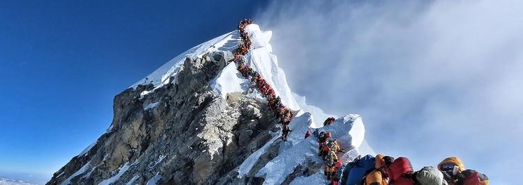 Esta foto tomada el 22 de mayo de 2019 muestra el intenso tráfico de alpinistas que se alinean para pararse en la cima del Monte Everest (Foto: Folleto / Proyecto posible / AFP)