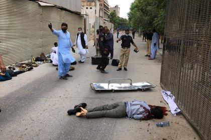 Dos cuerpos de presuntos atacantes afuera de la bolsa de Karachi (Reuters)