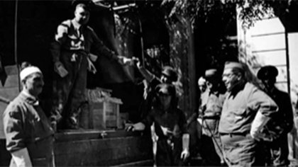 Ministro Carrillo con birrete militar