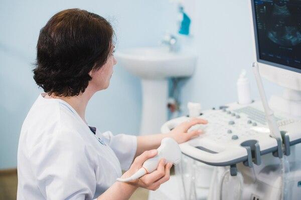 La ecografía ginecológica es una técnica de exploración no invasiva que permite visualizar los genitales internos de la mujer (Getty Images)